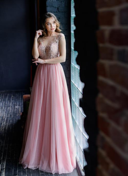пишне вечірнє плаття пудрового кольору