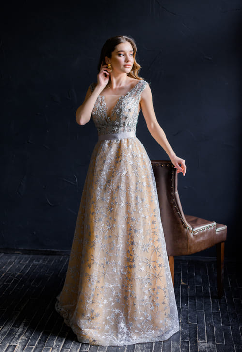 сіра довга сукня для дружки