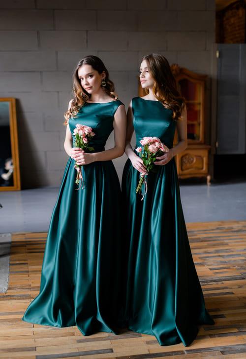 атласні смарагдові сукні